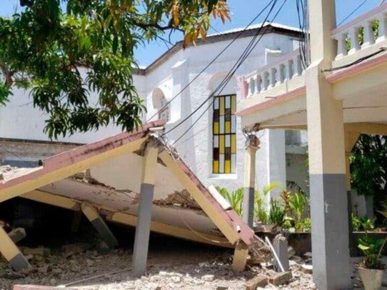 Haiti earthquake: Rescuers search rubble for survivors